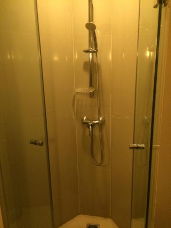ibis Bangkok Siam Hotel: Shower room
