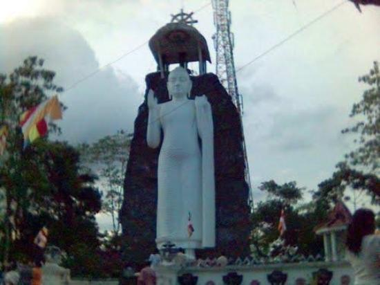 Ratnapura, ศรีลังกา: Buddha Statue at Kajugaswatta temple