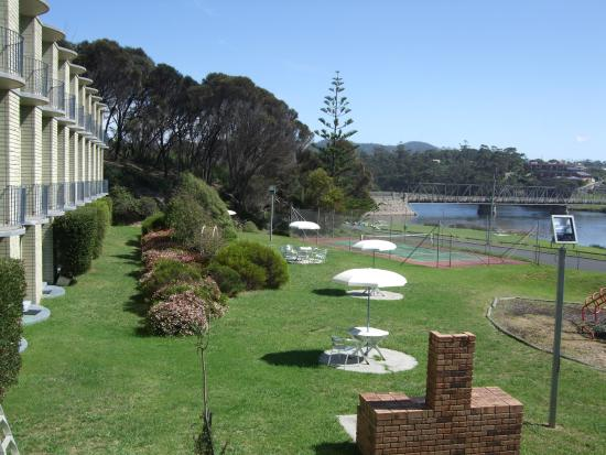 Scamander Beach Hotel Motel: Garden and lawns