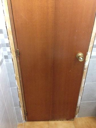 Hotel Hostal Marbella: Unfinished Door Frame In The Bathroom