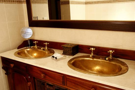 Opikopi Guest House: Executive Bathroom