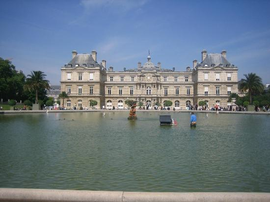 im flachen brunnen kann man boote fahren lassen photo de jardin du luxembourg paris tripadvisor. Black Bedroom Furniture Sets. Home Design Ideas