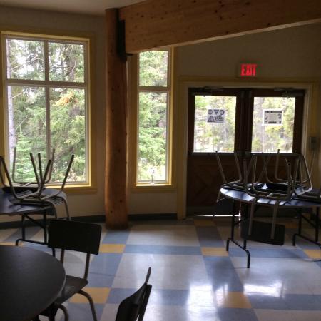 HI-Banff Alpine Centre: 호스텔 1층 공용공간인 휴게실