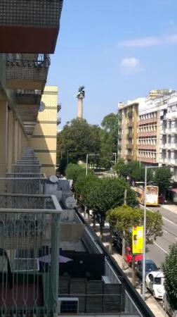 Albergaria Residencia do Vice-Rei: Balcony view from room showing the Boavista monument at the end of the road