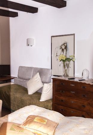 Grotto Flora B&B: urig eingerichtetes Zimmer mitg gr. Du/WC