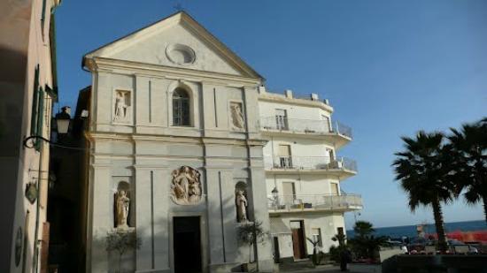 Санто-Стефано-аль-Маре, Италия: vista frontale dalla piazza