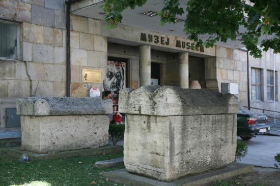 Museum City of Skopje : 박물관 앞에 있는 석조물