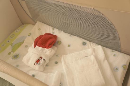 Hyperion Hotel Dresden am Schloss: 아기 침대와 가운