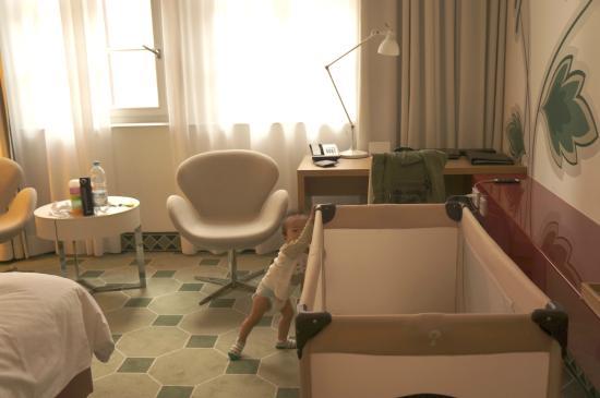Hyperion Hotel Dresden am Schloss: baby crib