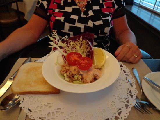 Oostburg, Países Bajos: Een fijn afgewerkte garnalencocktail met vers gebakken toast