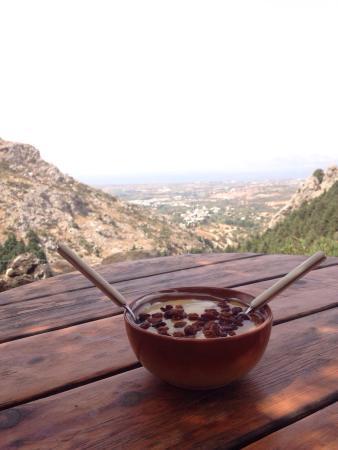 Paleo Pili: Sitio muy bonito con preciosas vistas al castillo y la montaña! Tienen un bar con un gran servic