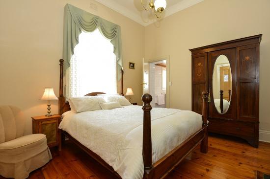 Trafalgar Premium Vintage Suites: Strand Suite queen bedroom