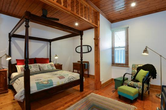Trafalgar Premium Vintage Suites: Cottage main queen bedroom