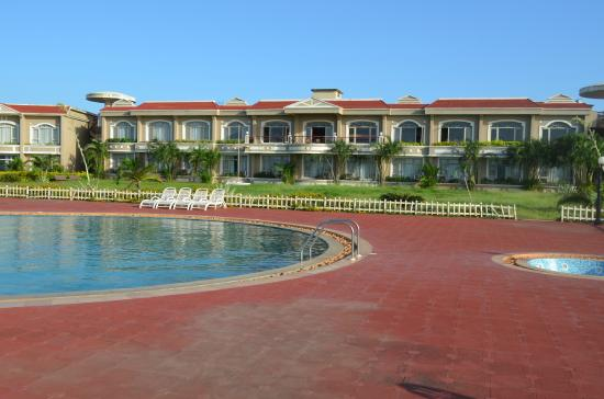 Kohinoor Samudra Beach Resort: view from pool