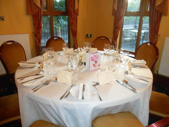 Moss Lodge : Table setting