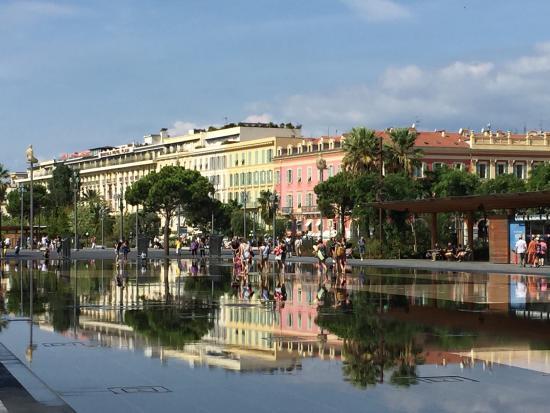 Place Massena: Красивая живая всегда многолюдная площадь! Светящиеся фигурки людей символизируют 7 континентов