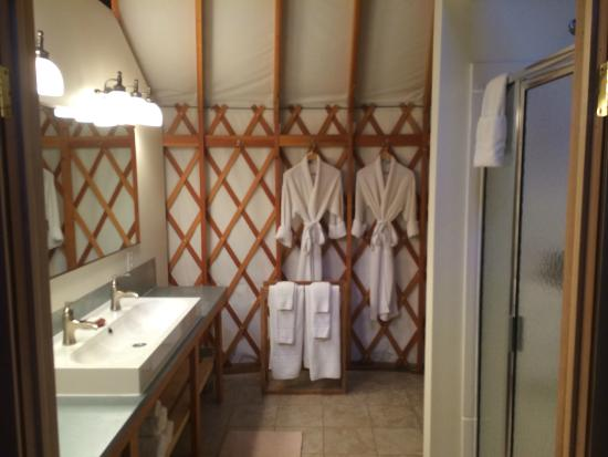 Savage River Lodge: Bathroom inside the yurt. Double sink, shower.