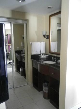 Homewood Suites by Hilton Cambridge-Waterloo, Ontario: Vanity area separate from washroom