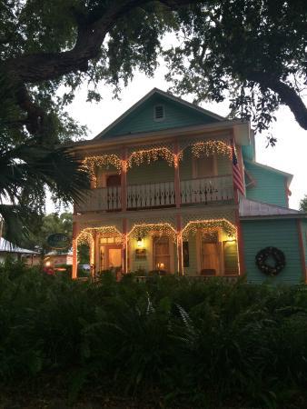 Cedar Key Bed and Breakfast: The B&B around sunset
