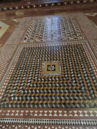 Pavimento con mosaico cosmatesco foto di duomo di for Pavimento con mosaico