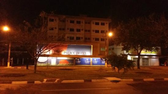 Lider Palace Hotel: vista noturna da fachada