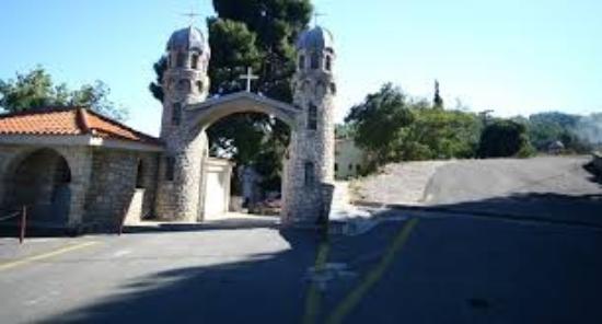 Rovies, Yunanistan: Η είσοδος της Μονής ....