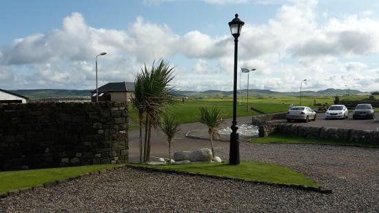 Machrihanish, UK: Front drive way