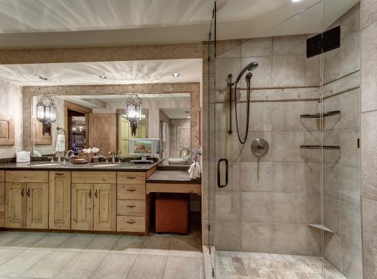 Bear Claw Condominiums : Upgraded bathroom