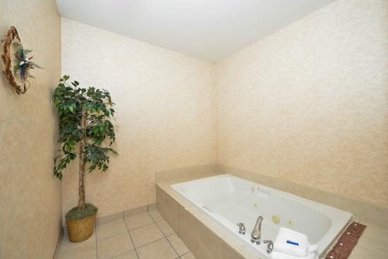 Quality Inn & Suites: 2 Person Jacuzzi tub in our King Jacuzzi Room
