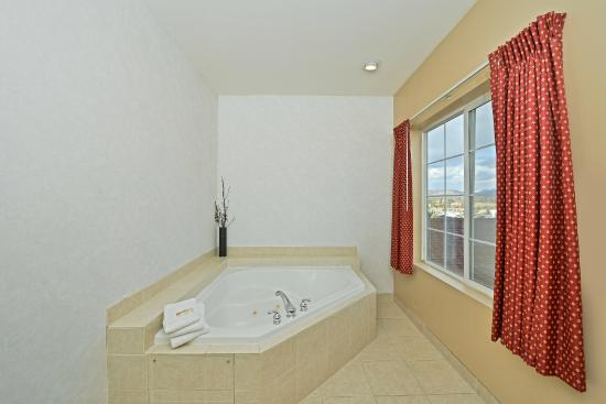 Quality Inn & Suites: Jacuzzi tub in our 2 Room King Jacuzzi Suite
