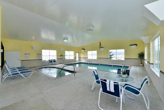 Quality Inn & Suites: Pool/Spa Area