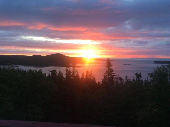 Valhalla Lodge Bed and Breakfast: Sunrise over Gunner's Cove from Leif's Room