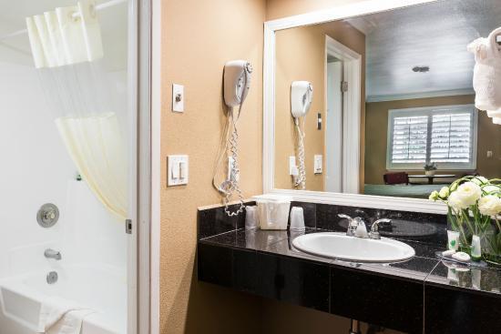 Fontaine Inn Downtown-Fairgrounds: Cal. King Bathroom Vanity II