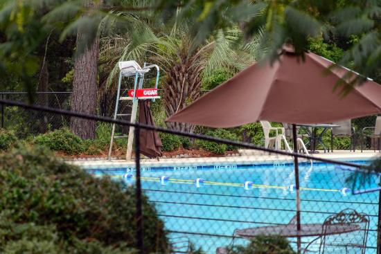 The Inn at Houndslake: Outdoor Swimming Pool at Inn at Houndslake