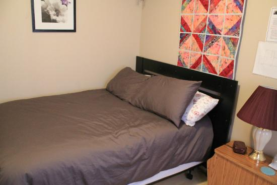 Big Land Bed and Breakfast: Rm no.3 is for 1 person only , it has a double bed , closet, chair , tv , fan ,clock radio, endt