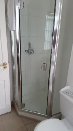 Lismore House Hotel: Room 101 - Tiny corner shower in bathroom