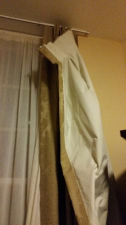 Lismore House Hotel: Room 101 - broken curtain hotel didn't fix