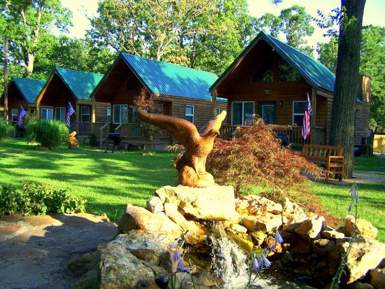 Lee's Grand Lake Resort: Beautifully landscaped grounds and site-built cabins