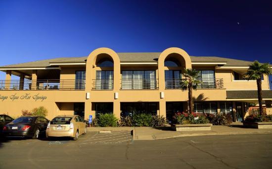 Calistoga Spa Hot Springs: Vstup do kúpeľov - budova z vonkajšej strany
