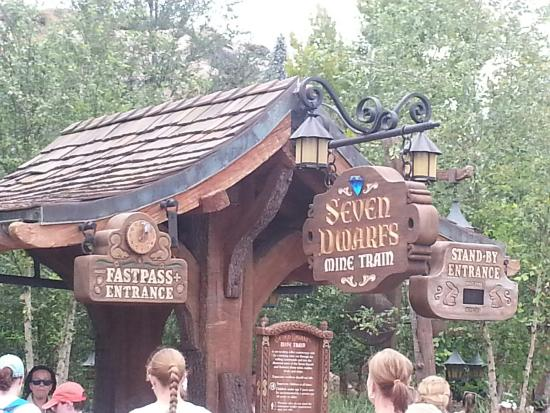 ‪Seven Dwarfs Mine Train‬