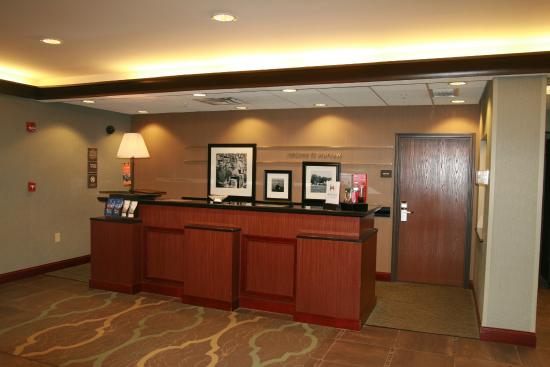 Hampton Inn Warsaw: Front Desk