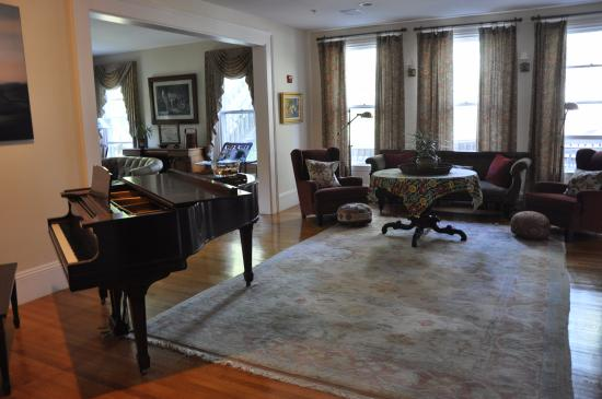 Bass Cottage Inn: Do you play piano? Please visit.