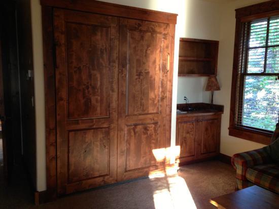 Grand View Lodge: Murphy bed in 3rd bedroom/ den
