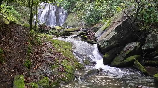 Valley Springs Lodging: Waterfall on property.