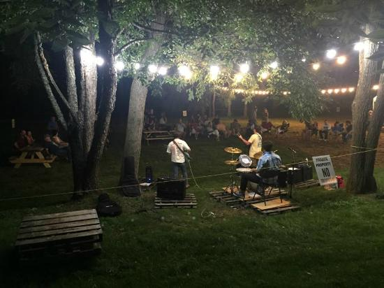 Mad Anthony's Bottle Shop & Beer Garden: Outdoor Nighttime Music