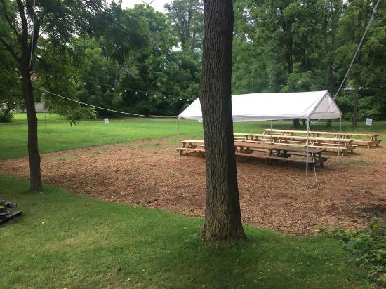 Mad Anthony's Bottle Shop & Beer Garden: Half acre outdoor beer garden!