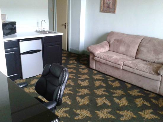 Finlen Hotel and Motor Inn: Wohnbereich mit Miniküche