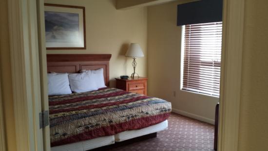 ويندهام باجوسا: King bedroom in our one-bedroom unit