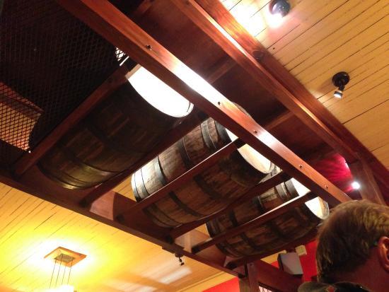 Bodegon Fueguino: Detalhe da decoração do teto, com barris