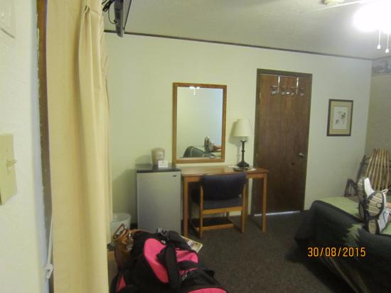 Alpine Motel: Room with comfortable bed and roomy